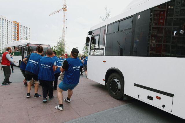 В Тюмени за полторы минуты около ста человек протащили 12-тонные автобусы