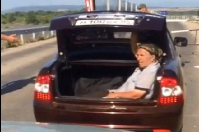ВДагестане бабушку перевезли через границу вбагажнике «Приоры»