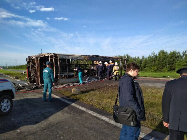 В 6.00 2 июля спасатели начали извлекать тела погибших из автобуса.