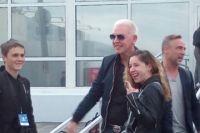 В аэропорту музыкантов встретили поклонники и журналисты