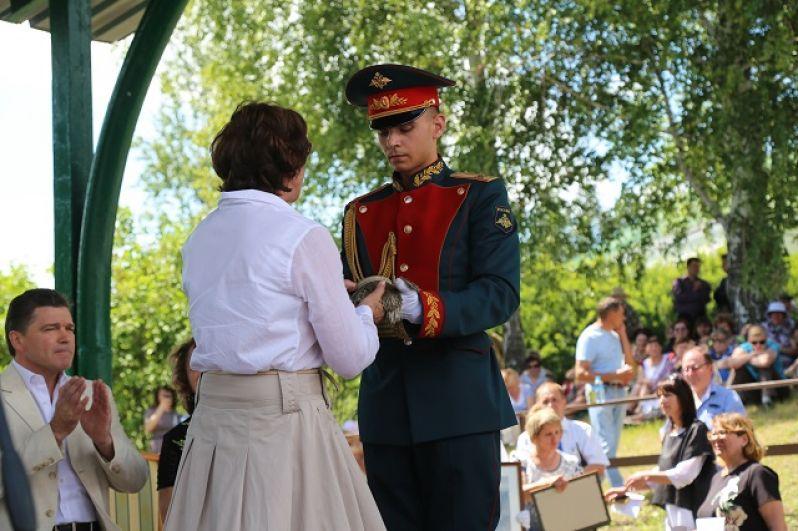 Директору музея-заповедника передают эполет лермонтовской эпохи.