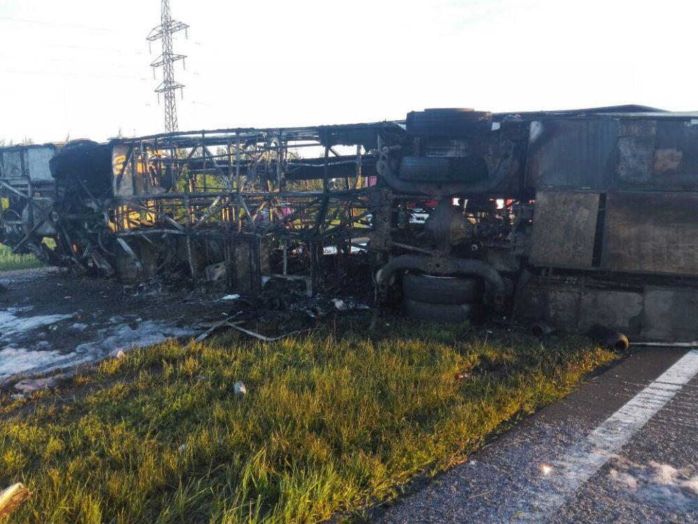 В автобусе находились 28 человек. Из них десять пассажиров, в том числе двое детей, погибли на месте, 13 человек пострадали.