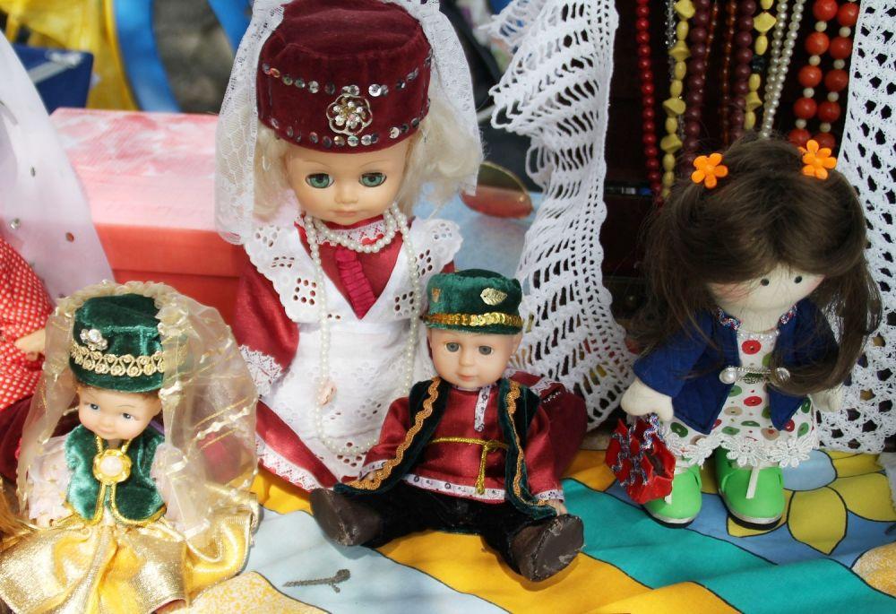 Куклы в народных костюмах.