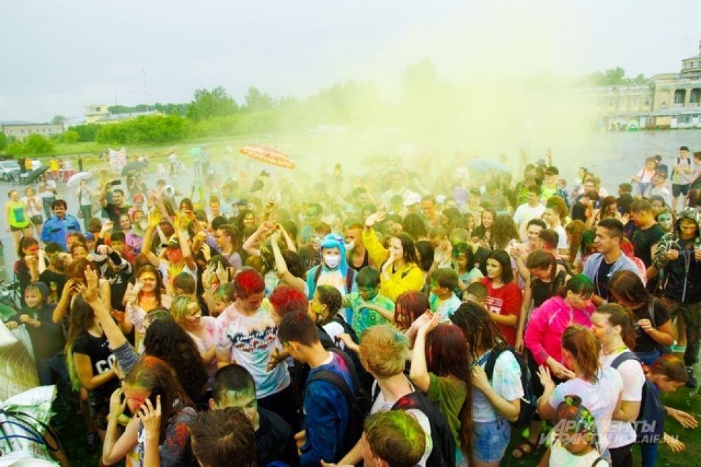 По команде все запускают в воздух краску. Этого момента все ждут на фестивале и заранее запасаются пакетиками с краской и блестками.