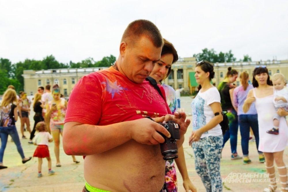 Сибиряки старались запечатлеть каждый радостный момент.