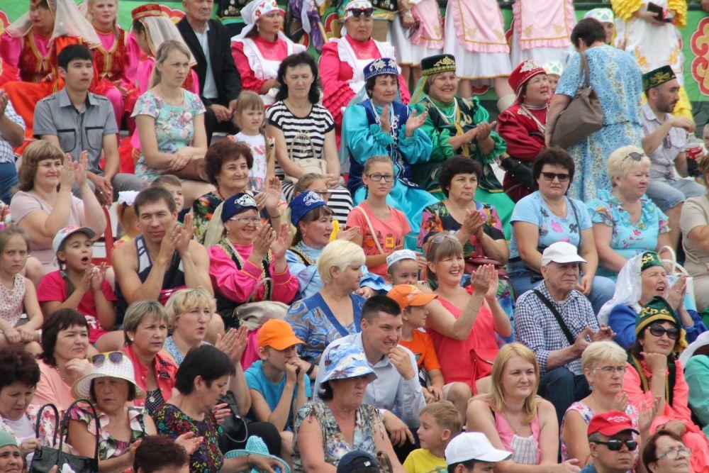 Зрители с восторгом встречали выступающих.