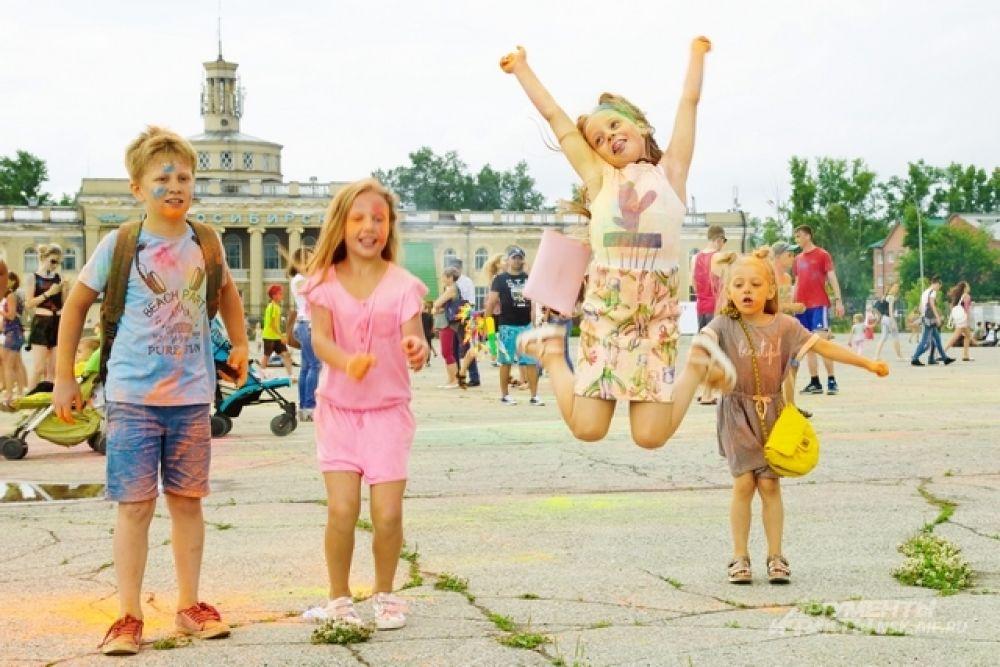 Юные сибиряки также показали, как они умеют веселиться и радоваться лету.