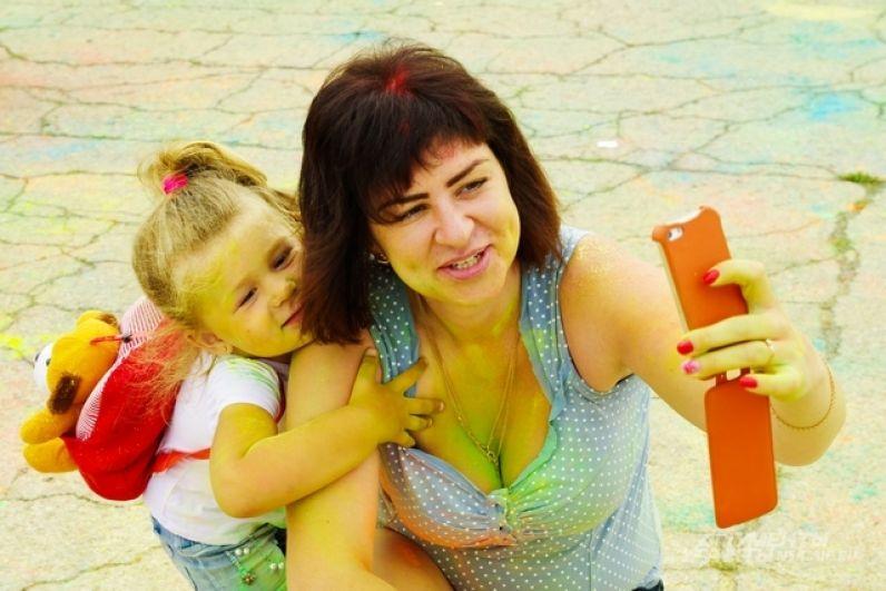 На праздник так же пришли и молодые родители со своими детьми.