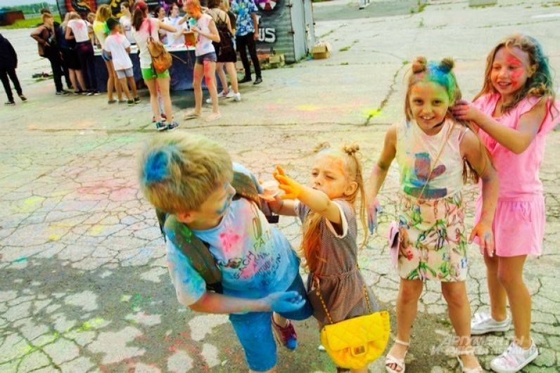 Дети хвастались своими модными окрасами.