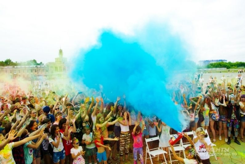 Фестиваль красок всегда собирает вокруг себя много людей.