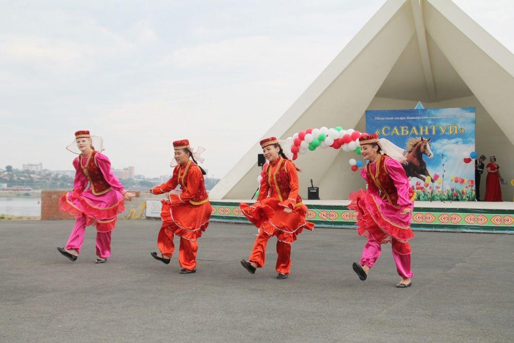 На сцене острова Юности выступили разнообразные народные коллективы.