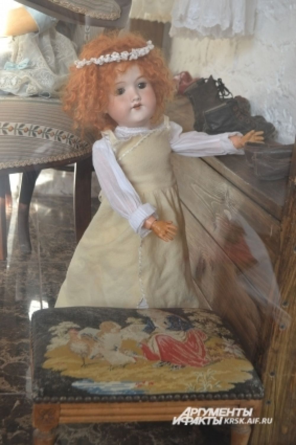 Кукольная мебель в музее тоже раритетная.