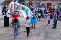 Ирина Волшебница развлекала детей мыльными пузырями.
