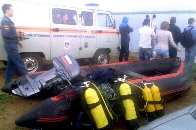 Спасатели продолжают поиски тела последнего утонувшего мужчины.