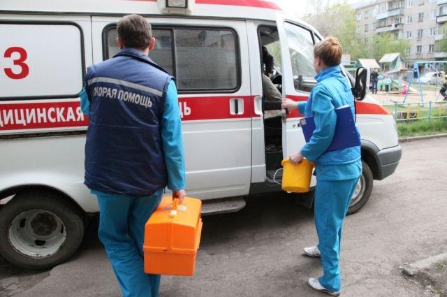Семья из Надыма попала в ДТП. Автомобиль съехал на обочину и перевернулся.