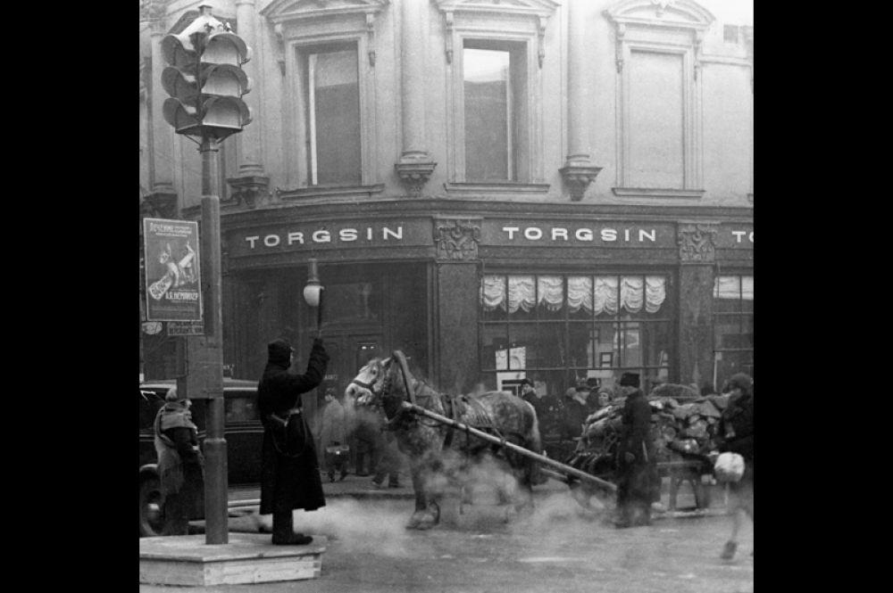 1934 год. Первый регулировщик на пересечении улиц Петровки и Кузнецкого моста в Москве.