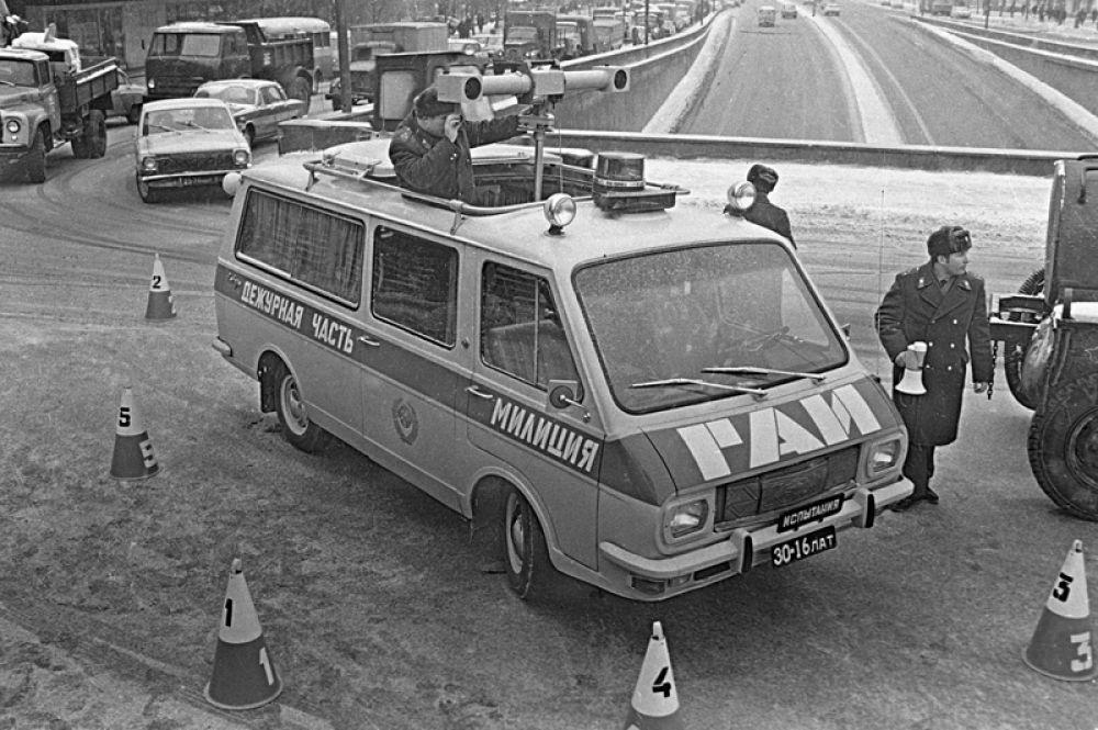1974 год. Сотрудники ГАИ проводят стереоскопическую съемку дорожно-транспортного происшествия.