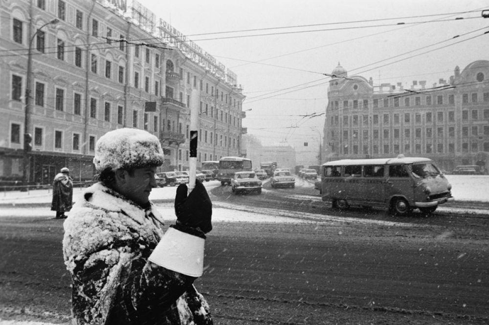 1972 год. Сотрудник ГАИ регулирует движение автотранспорта на улице в Москве.