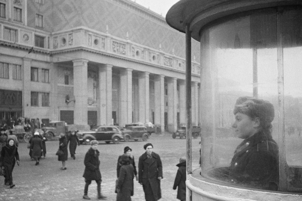1945 год. Триумфальная площадь в Москве. Концертный зал имени Петра Ильича Чайковского — на втором плане.