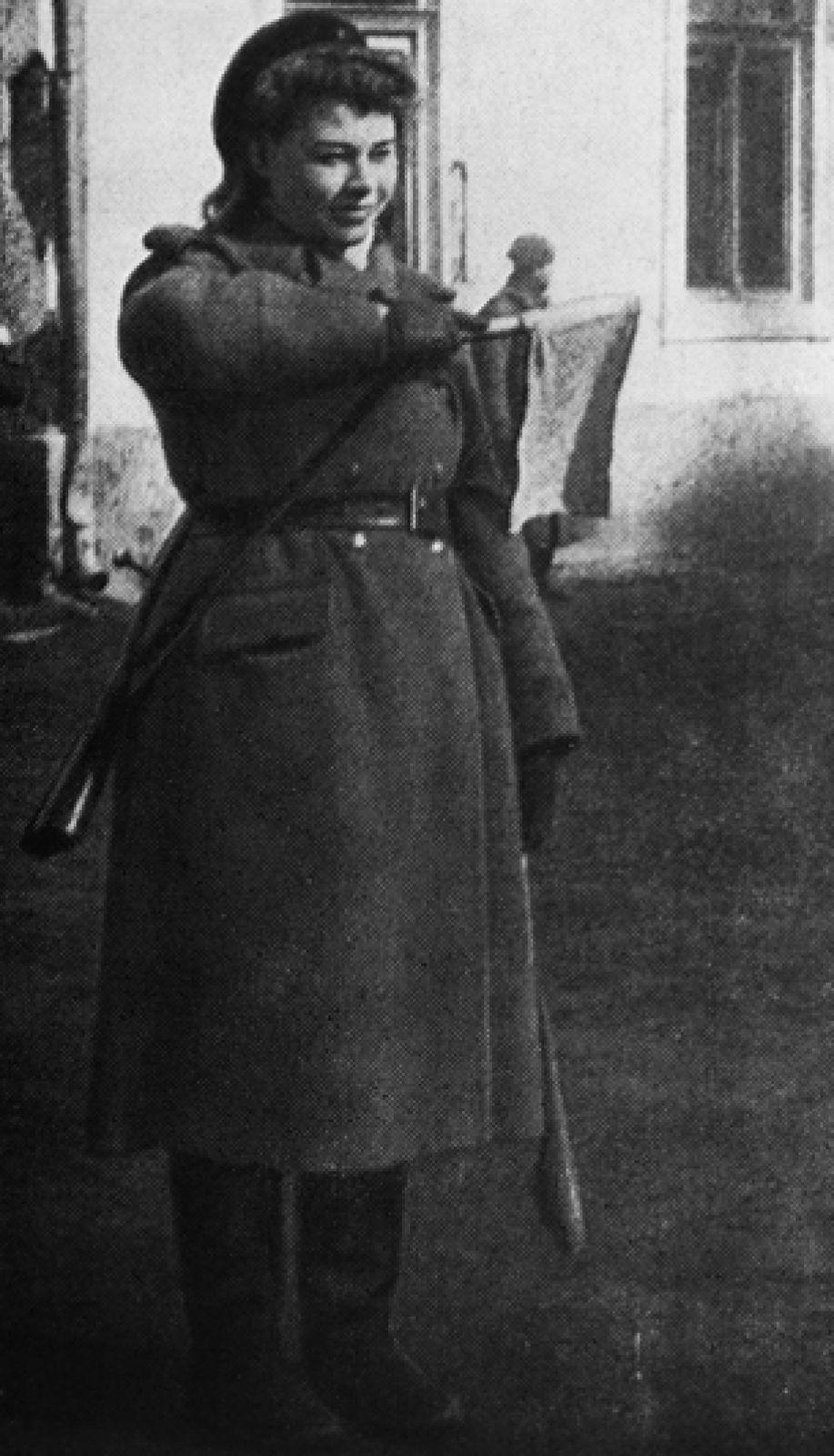 1942 год. Девушка-регулировщик.