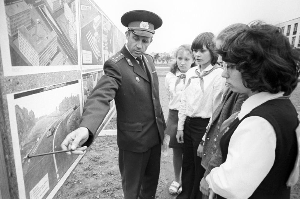1982 год. Сотрудник автомобильной инспекции знакомит пионеров с правилами дорожного движения.