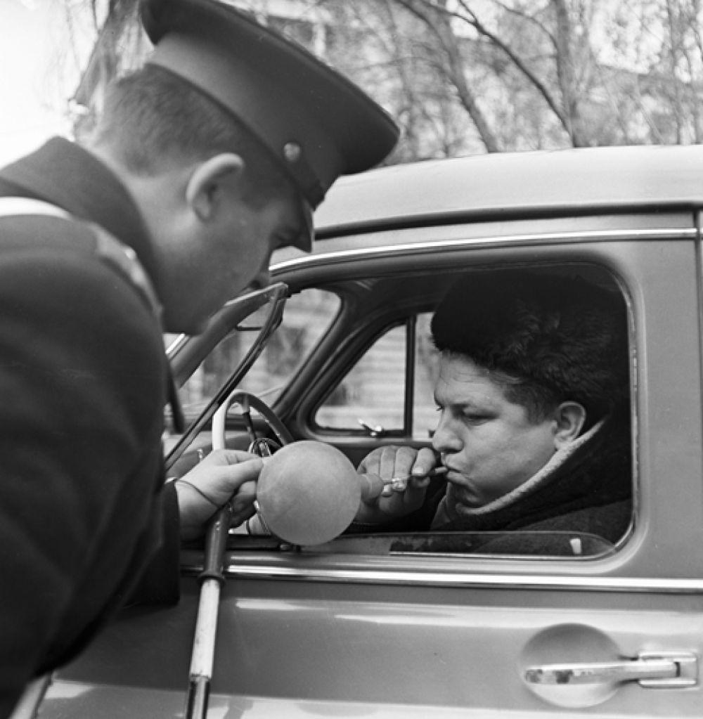 1969 год. Водитель проходит тест на наличие алкоголя в крови.