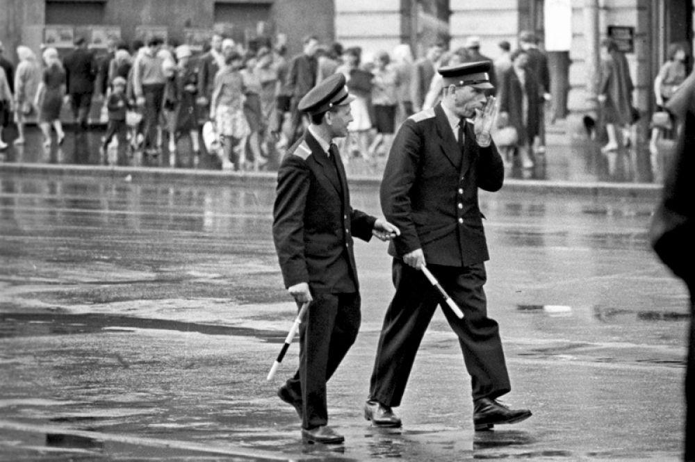 1965 год. Ленинградские регулировщики дорожного движения на Невском проспекте.