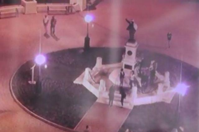 Ленин вбелом халате. ВОренбурге обнаружили вандалов, нарядивших монумент