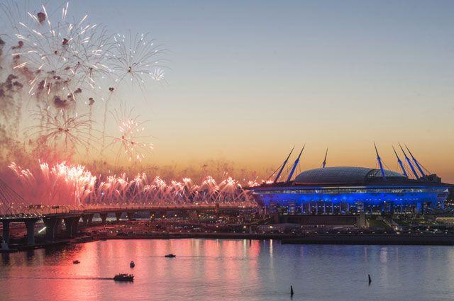 Салют у стадиона «Санкт-Петербург Арена» после окончания финального матча Кубка конфедераций-2017 по футболу между сборными Чили и Германии.
