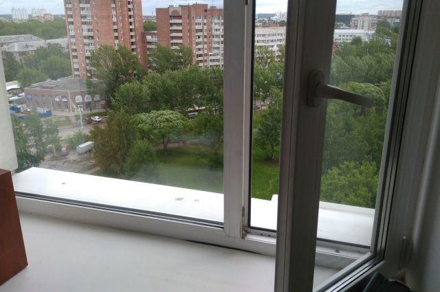 Ещё один тюменец выпал из окна дома, находящегося около школы №61