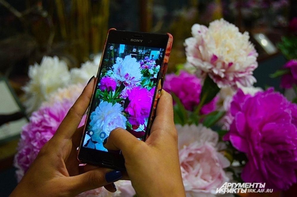 МНогочисленные посетители выставки наслаждались ароматом цветов и фотографиями, которые можно было сделать на телефон.