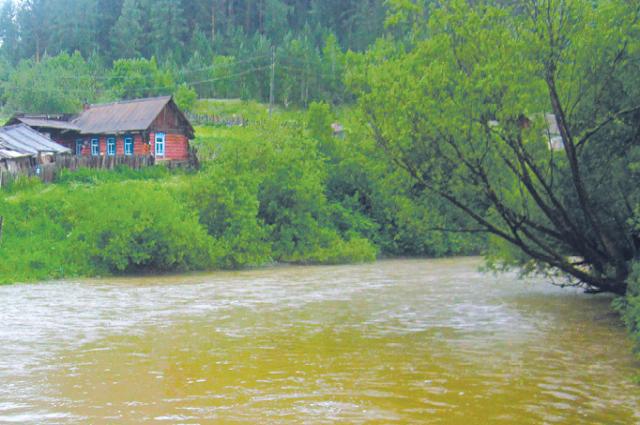 Вода в реке Мина стала мутной и грязной.
