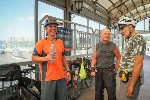 На этот раз велосипедист поехал с товарищами.