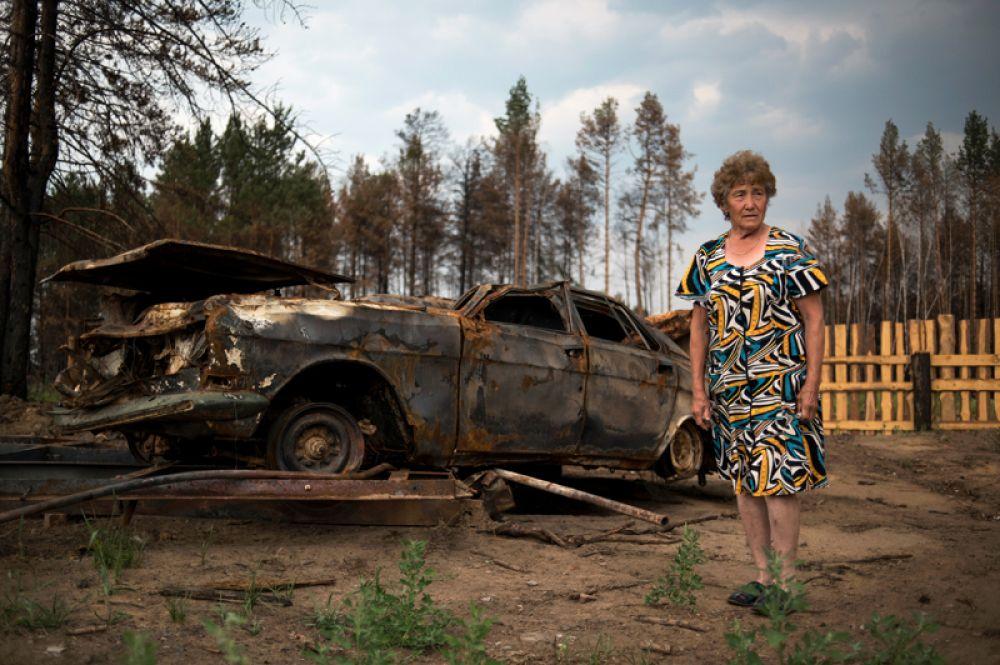 Местная жительница в пострадавшей от природного пожара деревне Черемушки в Прибайкальском районе Бурятии.