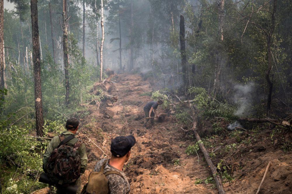 Местные жители принимают участие в ликвидации пожара в окрестностях села Бичура в Бичурском районе Бурятии.