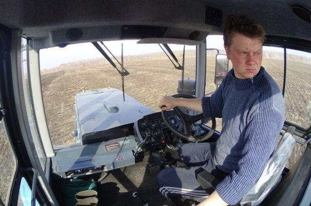 За трудовыми буднями рязанского тракториста Сергея Корнеева следят и в России, и за рубежом.