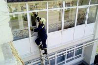 Спасатели проникли в квартиру через балкон.