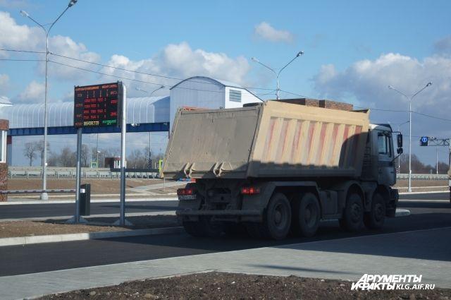 В Калининградской области загорелся попавший в ДТП песковоз.