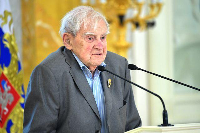 Писатель Даниил Гранин выступает на церемонии награждения его государственной премией в Константиновском дворце в Стрельне.