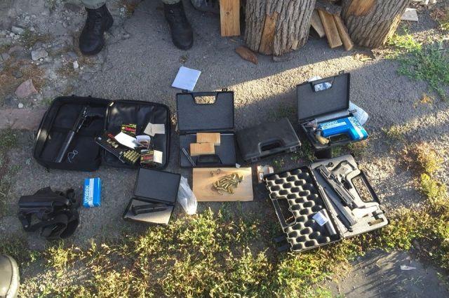 Оружие и амуниция, изъятые у преступника
