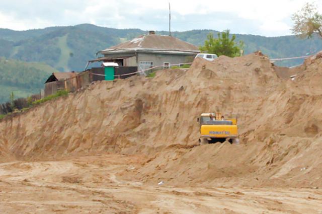 Там, где был частный дом, сегодня строят дорогу.