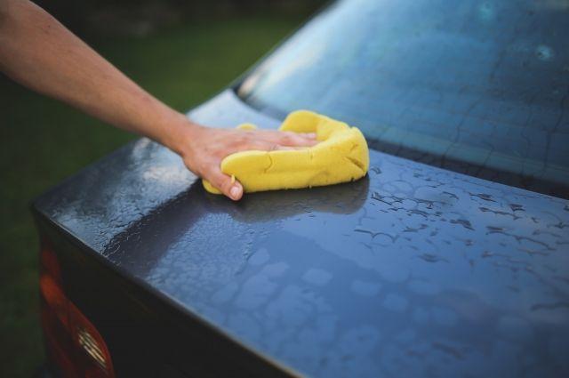 Вместо того, чтобы мыть машину, сотрудник решил на ней покататься.