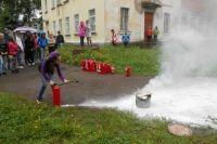 Ребята познакомились с принципом действия порошкового огнетушителя.