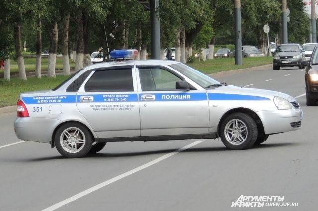 В центре Оренбурга на ул. Терешковой на крышу опрокинулся автомобиль