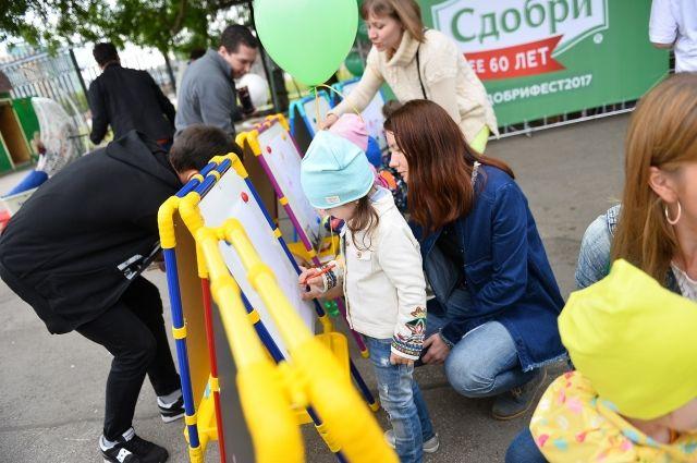 Дети играли в твистер, рисовали на мольбертах, наносили аквагрим.