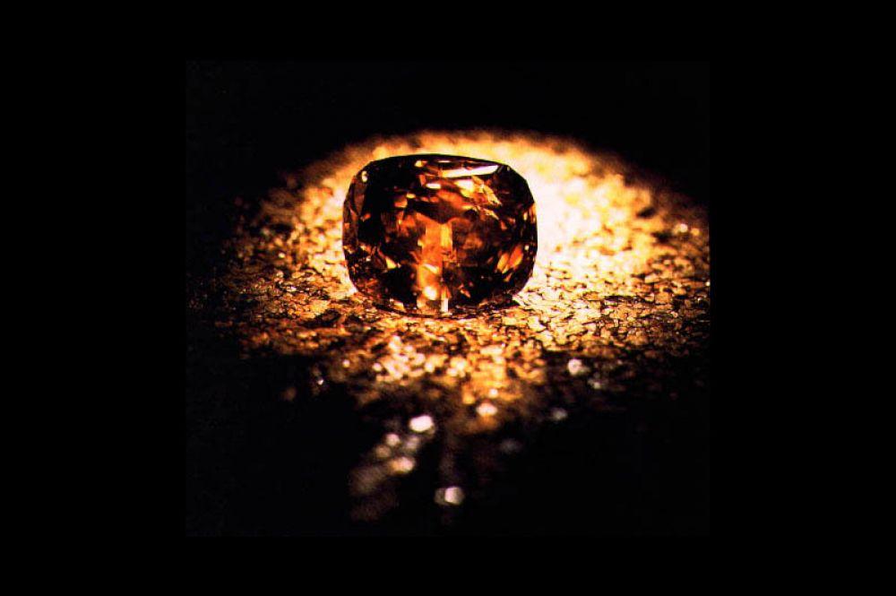 Бриллиант «Золотой юбилей» весом 545 карат является самым большим гранёным алмазом в мире. Он был обнаружен в Южной Африке в 1985 году, его первоначальный вес до огранки составлял 755 карат. Камень преподнесли в подарок королю Таиланда Пхумипону Адульядету на 50-ю годовщину его правления, так он получил своё название.