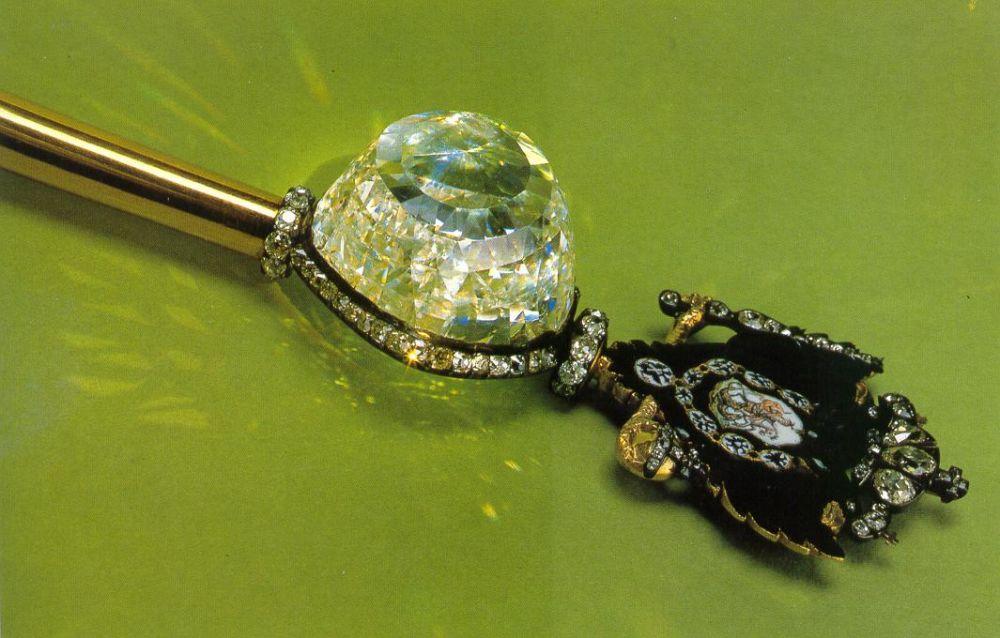 «Орлов» — самый крупный и знаменитый из исторических драгоценных камней Алмазного фонда. С 1784 года камень украшает Императорский скипетр Екатерины Великой. Был найден в Индии в конце XVII - начале XVIII века. Изначально масса этого белого алмаза со слабым зеленоватым отливом оценивалась в 400 карат, но после огранки сильно снизилась и оценивается в 189,62 каратов.