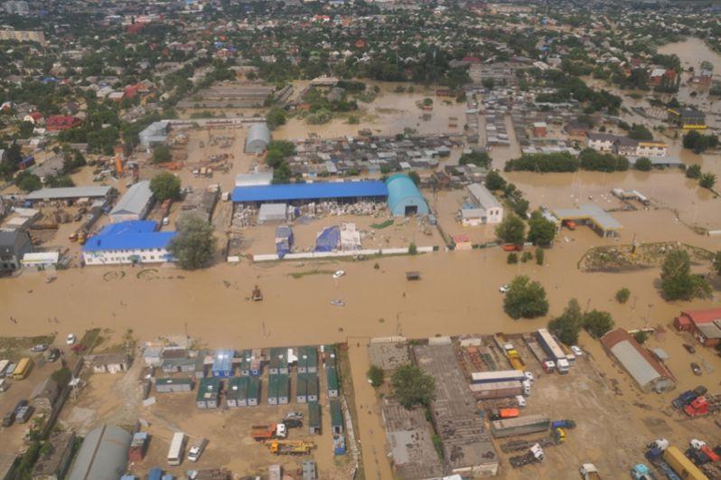 По официальной версии наводнение произошло из-за небывалых дождей, из-за которых вышли из берегов горные реки и ручьи. Жители же считали, что наводнение произошло из-за слива воды с Неберджаевского водохранилища, которое находится выше Крымска.