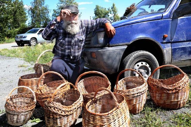 Дедушку Лёню можно узнать по синей машине и старенькой кепке.