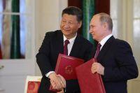 Президент РФ Владимир Путин и председатель Китайской Народной Республики (КНР) Си Цзиньпин во время церемонии подписания документов по итогам встречи.